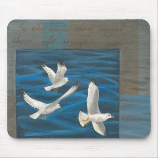 Tres gaviotas blancas que vuelan sobre el agua alfombrilla de raton