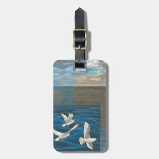 Tres gaviotas blancas que vuelan sobre el agua etiquetas para maletas