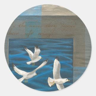Tres gaviotas blancas que vuelan sobre el agua etiquetas redondas