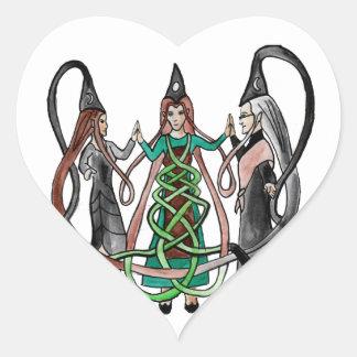 Tres hermanas - brujas célticas pegatina en forma de corazón
