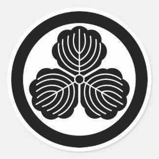 Tres hojas del roble en círculo pegatina redonda
