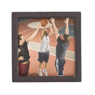tres hombres en jugar atlético de la ropa cajas de regalo de calidad