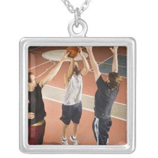 tres hombres en jugar atlético de la ropa collar plateado