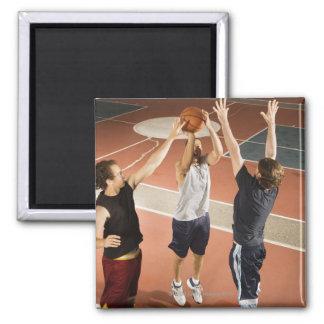 tres hombres en jugar atlético de la ropa imán cuadrado