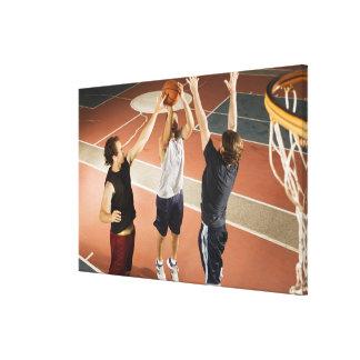 tres hombres en jugar atlético de la ropa impresion de lienzo