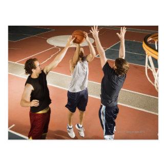 tres hombres en jugar atlético de la ropa postal
