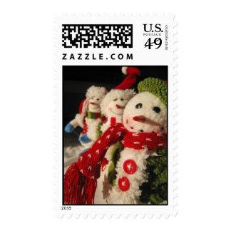 Tres hombres hechos de nieve sellos