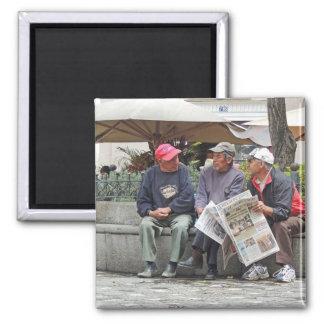 Tres hombres que hablan en Cuenca Imán Cuadrado