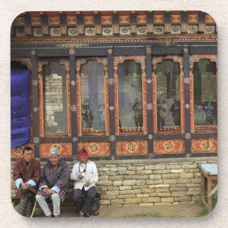 Tres hombres se sientan en un banco en el Chorten  Posavaso