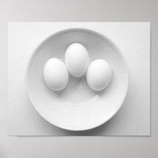 Tres huevos posters