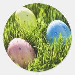 Tres huevos pintados etiquetas redondas