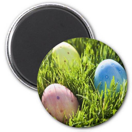 Tres huevos pintados imán redondo 5 cm