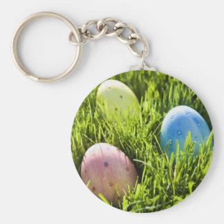 Tres huevos pintados llavero redondo tipo pin