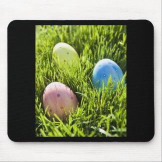 Tres huevos pintados tapetes de raton