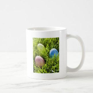Tres huevos pintados taza de café