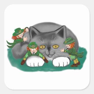 Tres Leprechauns y un gatito son amigos Pegatina Cuadrada