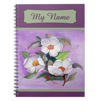 Tres magnolias blancas en un fondo de la lavanda libros de apuntes