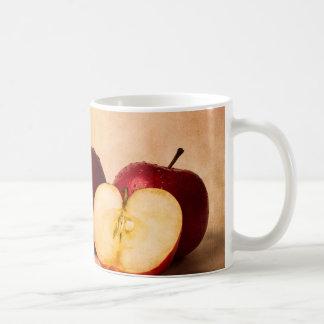 Tres manzanas y una mitad taza clásica