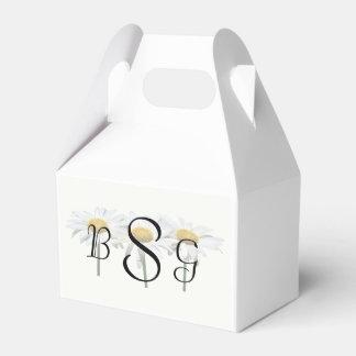 Tres margaritas en productos de un boda de la fila caja para regalos