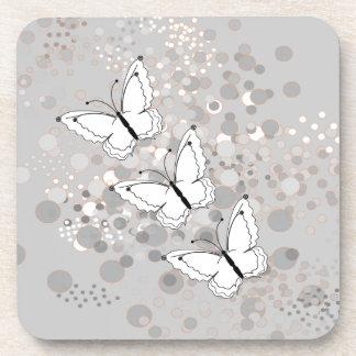 Tres mariposas blancas posavasos de bebidas