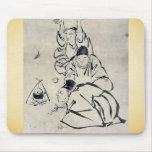 Tres monjes o viajeros que encienden un fuego alfombrilla de raton