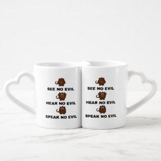 Tres monos sabios que entrelazan la taza/la taza
