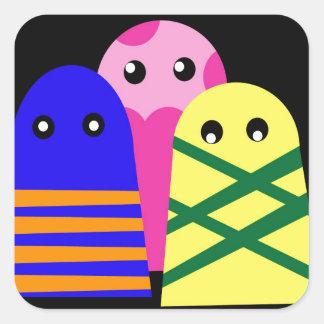 Tres monstruos lindos pegatina cuadrada
