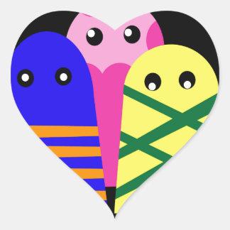 Tres monstruos lindos pegatina en forma de corazón