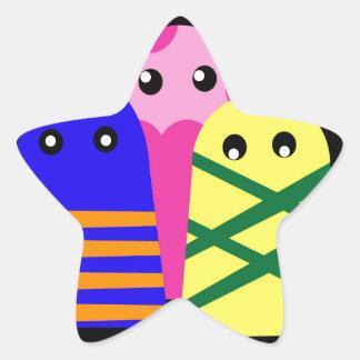 Tres monstruos lindos pegatina en forma de estrella