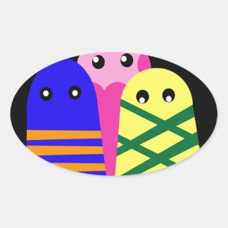 Tres monstruos lindos pegatina ovalada