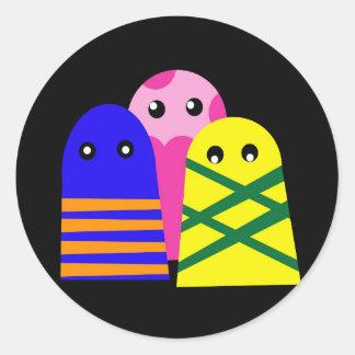 Tres monstruos lindos pegatina redonda