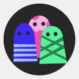 Tres monstruos pegatina redonda