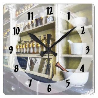 Tres mortero y majas en farmacia reloj cuadrado
