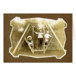 Tres muchachos en el vintage Notecard del oscilaci Felicitación