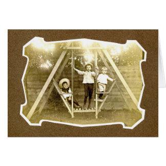 Tres muchachos en el vintage Notecard del Tarjeta Pequeña
