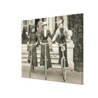 Tres mujeres en las bicicletas, 1900s tempranos (f impresión en lona