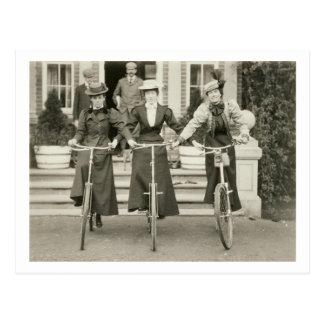 Tres mujeres en las bicicletas, 1900s tempranos postales