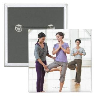 Tres mujeres que practican yoga pin cuadrado