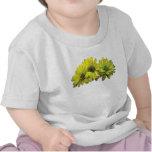 Tres niños amarillos de las margaritas camisetas