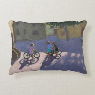 Tres niños con las bicicletas España Cojín