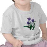 Tres niños púrpuras de los iris del blanco camisetas