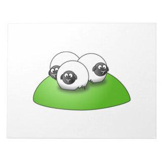 Tres ovejas del dibujo animado en la hierba libretas para notas