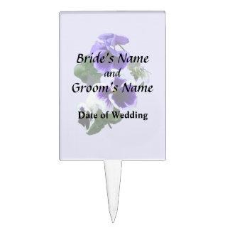 Tres pensamientos púrpuras en productos de un boda figura para tarta
