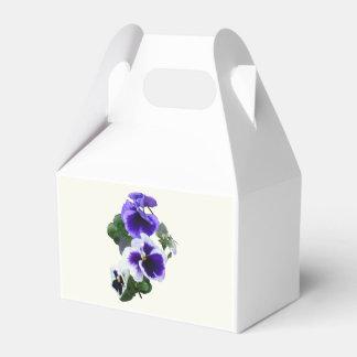 Tres pensamientos púrpuras en una fila cajas para regalos