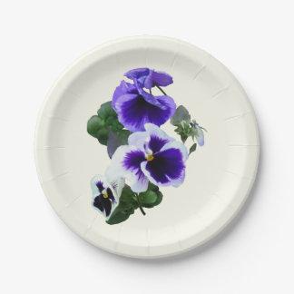 Tres pensamientos púrpuras en una fila platos de papel