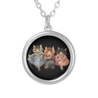 Tres pequeños gatitos collar plateado