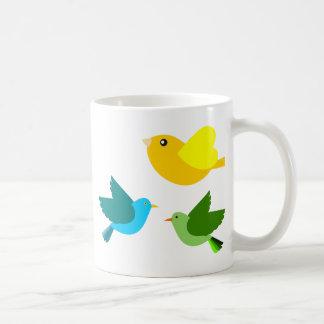 Tres pequeños pájaros taza básica blanca