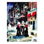 Tres personas que se colocan en un christm del postales