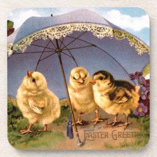 Tres polluelos encantadores de Pascua Posavasos De Bebidas