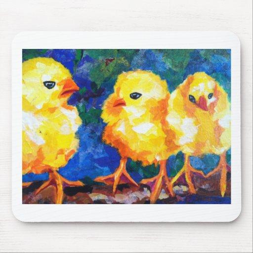 Tres polluelos profundamente en la conversación alfombrilla de ratones